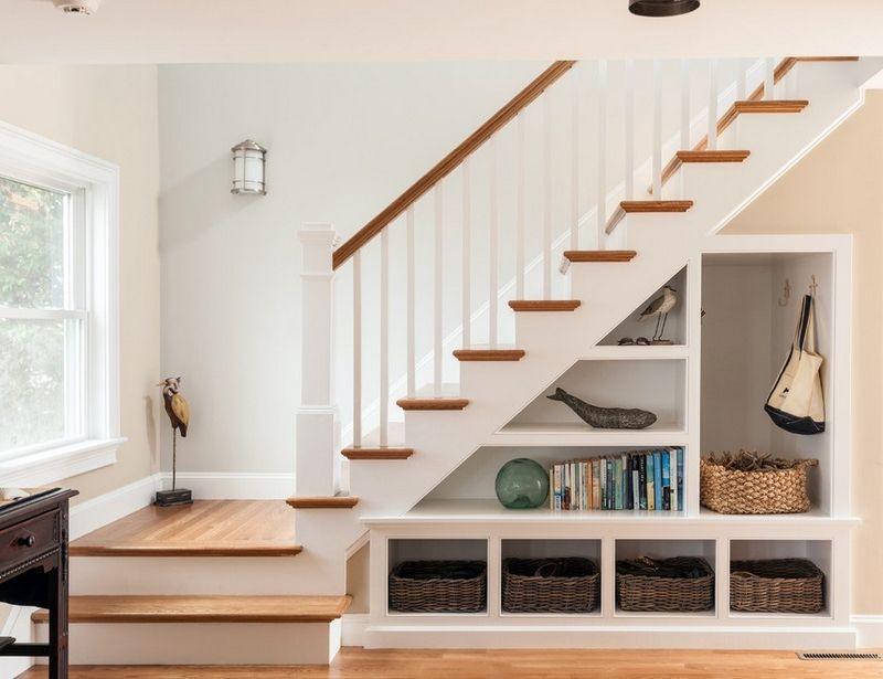 Transformez l'espace sous les escaliers en rangement
