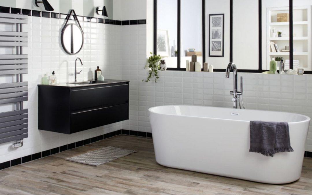 Une salle de bain rétro avec du carrelage métro, aménagement intérieur, déco intérieure, décoration intérieure, salle de bain rétro